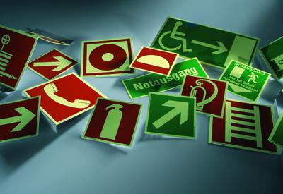 Kennzeichnen von Notausgängen/Notausstiegen – Wann benutze ich welches Rettungszeichen?